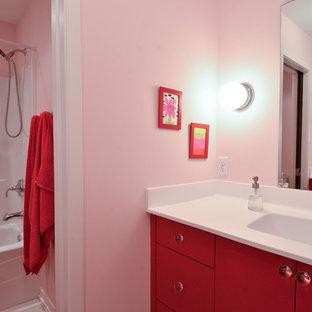 Ispirazione per una stanza da bagno minimal con lavabo integrato, ante lisce, vasca ad alcova, vasca/doccia, ante rosse, pareti rosa e doccia con tenda