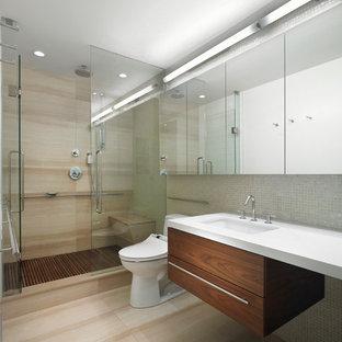 Ispirazione per una stanza da bagno padronale scandinava di medie dimensioni con ante lisce, ante in legno scuro, doccia alcova, WC monopezzo, piastrelle beige, piastrelle di vetro, pareti beige, parquet chiaro, lavabo sottopiano e top in quarzo composito