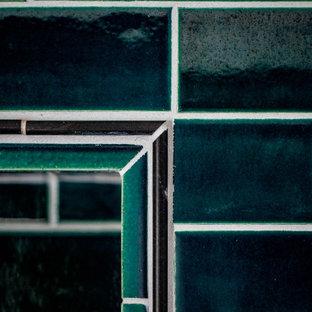 Idee per una piccola stanza da bagno padronale nordica con ante a filo, ante in legno scuro, doccia aperta, piastrelle verdi, piastrelle in ceramica, pareti bianche, pavimento con piastrelle in ceramica, lavabo da incasso, top in onice, pavimento nero, porta doccia a battente e top bianco