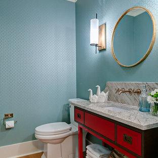 Idee per una stanza da bagno con doccia boho chic con consolle stile comò, ante rosse, WC a due pezzi, pareti blu, parquet chiaro, lavabo sottopiano e top in quarzite