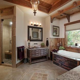 Ispirazione per una sauna rustica con consolle stile comò, ante in legno scuro, vasca da incasso, doccia alcova, pareti bianche, lavabo a bacinella, pavimento beige e doccia aperta