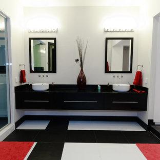 Esempio di un'ampia sauna design con ante lisce, ante nere, vasca da incasso, piastrelle nere, pistrelle in bianco e nero, piastrelle bianche, piastrelle in ceramica, pareti bianche, pavimento con piastrelle in ceramica e lavabo a bacinella