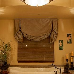 Свежая идея для дизайна: огромная главная ванная комната в средиземноморском стиле с накладной ванной, бежевыми стенами, полом из керамогранита и бежевым полом - отличное фото интерьера
