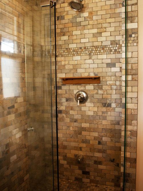 Salle de bain bord de mer avec un carrelage marron for Taille moyenne salle de bain