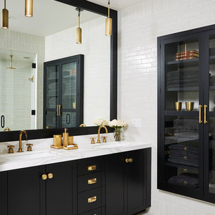 Modelo de sauna tradicional renovada, grande, con armarios estilo shaker, puertas de armario negras, baldosas y/o azulejos blancos, paredes blancas, lavabo bajoencimera, suelo gris y encimeras blancas