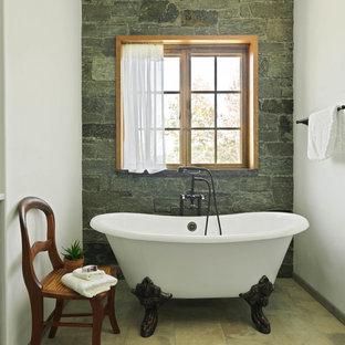 Ejemplo de cuarto de baño principal, rural, de tamaño medio, con armarios estilo shaker, puertas de armario verdes, bañera con patas, suelo beige, baldosas y/o azulejos verdes, baldosas y/o azulejos de piedra, paredes blancas, suelo de travertino y encimeras blancas