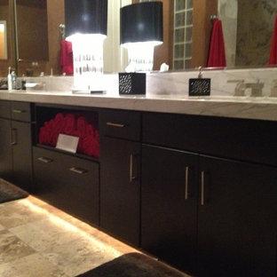 Diseño de cuarto de baño principal, contemporáneo, grande, con lavabo bajoencimera, armarios con paneles lisos, puertas de armario de madera en tonos medios, encimera de mármol, bañera esquinera, ducha empotrada, sanitario de una pieza, baldosas y/o azulejos blancos, baldosas y/o azulejos de vidrio laminado, paredes beige, suelo de travertino y encimeras rojas
