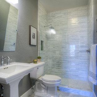 На фото: маленькая детская ванная комната в стиле современная классика с раковиной с пьедесталом, фасадами в стиле шейкер, серыми фасадами, открытым душем, унитазом-моноблоком, серой плиткой, каменной плиткой, серыми стенами, мраморным полом, серым полом и душем с раздвижными дверями с