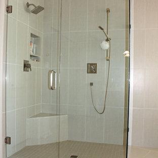 Foto de cuarto de baño principal, contemporáneo, de tamaño medio, con bañera exenta, ducha a ras de suelo, baldosas y/o azulejos grises, baldosas y/o azulejos de porcelana, paredes grises, suelo de bambú, suelo gris y ducha con puerta con bisagras