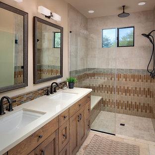 Idee per una stanza da bagno american style con ante con riquadro incassato, ante in legno scuro, doccia a filo pavimento, piastrelle beige, piastrelle marroni, piastrelle grigie, pareti beige, lavabo sottopiano, pavimento beige e top beige
