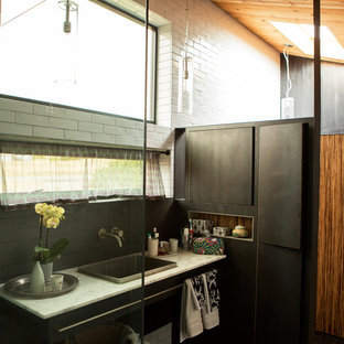 Ejemplo de cuarto de baño con ducha, actual, con lavabo encastrado, ducha esquinera, baldosas y/o azulejos blancos y paredes blancas