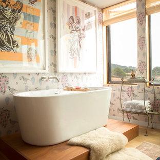 Idee per una stanza da bagno padronale shabby-chic style con vasca freestanding e pareti rosa