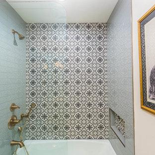Foto på ett mellanstort medelhavsstil brun badrum med dusch, med möbel-liknande, skåp i mellenmörkt trä, ett badkar i en alkov, en dusch/badkar-kombination, en toalettstol med separat cisternkåpa, flerfärgad kakel, porslinskakel, beige väggar, klinkergolv i keramik, ett fristående handfat, träbänkskiva och flerfärgat golv