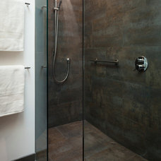 Modern Bathroom by building Lab, inc.