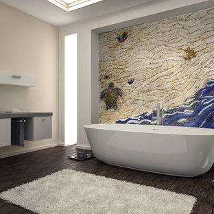 Inspiration för ett stort maritimt en-suite badrum, med en jacuzzi, blå kakel, mosaik, beige väggar och mosaikgolv
