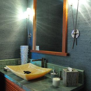 Immagine di una grande stanza da bagno tropicale con ante marroni, top verde, lavabo a bacinella e top in quarzite