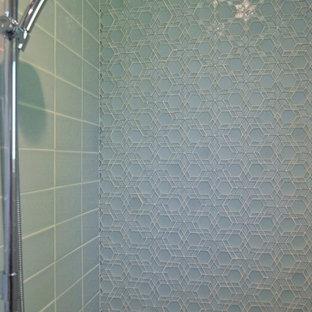 Ejemplo de cuarto de baño con ducha, clásico renovado, de tamaño medio, con armarios con paneles lisos, puertas de armario de madera oscura, ducha doble, baldosas y/o azulejos azules, baldosas y/o azulejos de vidrio, suelo de cemento, lavabo bajoencimera, encimera de granito, suelo verde, ducha con puerta con bisagras y encimeras multicolor