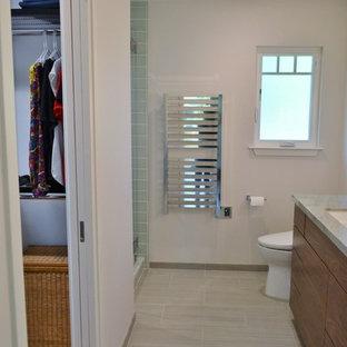 Новые идеи обустройства дома: ванная комната среднего размера в стиле современная классика с плоскими фасадами, фасадами цвета дерева среднего тона, двойным душем, синей плиткой, стеклянной плиткой, бетонным полом, душевой кабиной, врезной раковиной, столешницей из гранита, зеленым полом, душем с распашными дверями и разноцветной столешницей