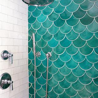 Modelo de cuarto de baño principal, mediterráneo, de tamaño medio, con ducha empotrada, baldosas y/o azulejos verdes, baldosas y/o azulejos de cerámica, puertas de armario blancas, sanitario de dos piezas, paredes beige y suelo de mármol