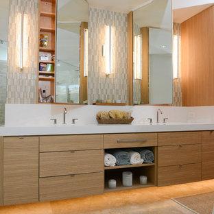 Maritimes Badezimmer mit Unterbauwaschbecken, flächenbündigen Schrankfronten, hellen Holzschränken, farbigen Fliesen, Stäbchenfliesen, blauer Wandfarbe, Quarzit-Waschtisch und beigem Boden in Hawaii