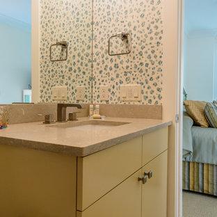 Immagine di una stanza da bagno con doccia stile marinaro di medie dimensioni con ante lisce, WC monopezzo, pavimento in gres porcellanato, lavabo sottopiano, doccia alcova, piastrelle beige, piastrelle in gres porcellanato, top in quarzite, pavimento beige, porta doccia a battente, ante gialle e pareti multicolore