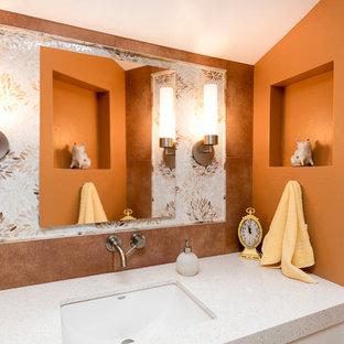 Esempio di una stanza da bagno padronale tradizionale di medie dimensioni con ante bianche, doccia alcova, piastrelle marroni, piastrelle di vetro, pareti arancioni e lavabo sottopiano