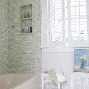 Modelo de cuarto de baño marinero con bañera empotrada, combinación de ducha y bañera, sanitario de dos piezas, baldosas y/o azulejos verdes y baldosas y/o azulejos de piedra