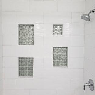 Immagine di una stanza da bagno con doccia design di medie dimensioni con ante lisce, ante bianche, vasca da incasso, doccia alcova, WC monopezzo, piastrelle bianche, piastrelle in ceramica, pareti verdi, lavabo integrato, top in vetro, pavimento grigio, doccia con tenda e top verde