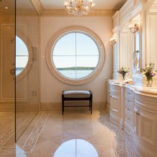 Ispirazione per un'ampia stanza da bagno padronale tradizionale con doccia a filo pavimento, ante con bugna sagomata, ante bianche, piastrelle beige, pareti beige, lavabo sottopiano e doccia aperta