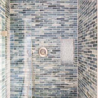 Ispirazione per una piccola stanza da bagno con doccia stile marino con ante in stile shaker, ante bianche, doccia aperta, piastrelle blu, piastrelle di vetro, pareti grigie, pavimento con piastrelle di ciottoli e top in marmo