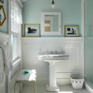 Immagine di una stanza da bagno con doccia classica di medie dimensioni con doccia alcova, piastrelle bianche, piastrelle diamantate, pareti blu, pavimento con piastrelle a mosaico e lavabo a colonna