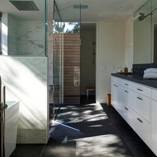 Immagine di una stanza da bagno minimalista con vasca freestanding