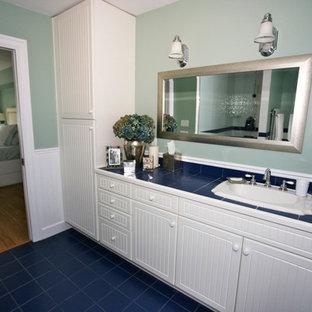 Esempio di una grande stanza da bagno padronale stile marinaro con lavabo da incasso, ante con riquadro incassato, ante bianche, top piastrellato, vasca da incasso, doccia ad angolo, WC a due pezzi, piastrelle blu, piastrelle in gres porcellanato, pareti blu e pavimento in gres porcellanato