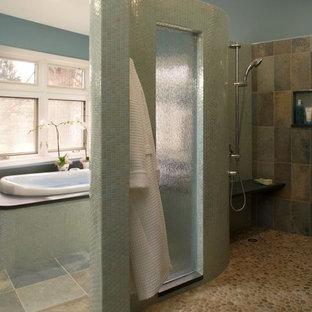 Idee per una stanza da bagno design con pavimento con piastrelle di ciottoli, pavimento multicolore e piastrelle in ardesia