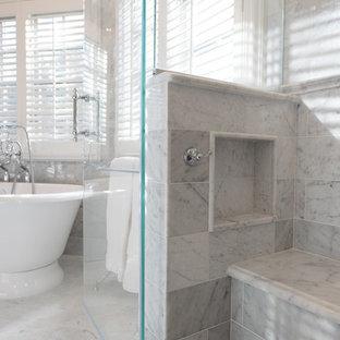 Idéer för stora vintage en-suite badrum, med ett undermonterad handfat, marmorbänkskiva, ett fristående badkar, en hörndusch, en toalettstol med separat cisternkåpa, vit kakel, stenkakel, grå väggar, marmorgolv, luckor med profilerade fronter och vita skåp