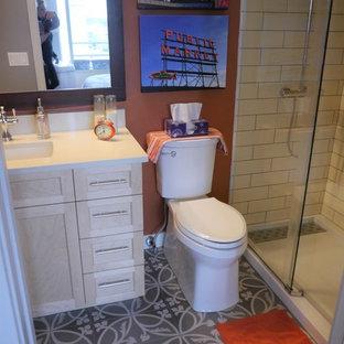 Esempio di una piccola stanza da bagno con doccia chic con ante in stile shaker, ante in legno chiaro, doccia alcova, WC a due pezzi, piastrelle bianche, piastrelle in ceramica, pareti arancioni, pavimento in cementine, lavabo sottopiano, top in quarzo composito, pavimento grigio, porta doccia scorrevole e top bianco