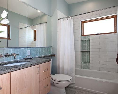 Stanza da bagno con top in vetro riciclato e piastrelle di vetro