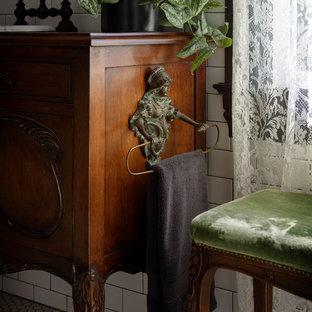 Ispirazione per una piccola stanza da bagno padronale chic con vasca con piedi a zampa di leone, piastrelle bianche, piastrelle in ceramica, pareti verdi, pavimento in legno massello medio, top in legno, pavimento marrone e top marrone