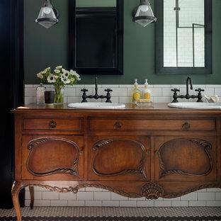 Источник вдохновения для домашнего уюта: большая главная ванная комната в классическом стиле с душем без бортиков, белой плиткой, керамической плиткой, зелеными стенами, накладной раковиной, столешницей из дерева, душем с распашными дверями, коричневой столешницей, полом из керамической плитки и белым полом