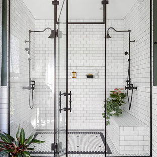 Ispirazione per una grande stanza da bagno padronale chic con doccia a filo pavimento, piastrelle bianche, piastrelle in ceramica, pareti verdi, pavimento con piastrelle in ceramica, pavimento bianco e porta doccia a battente