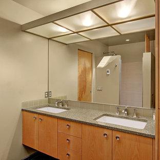 Mittelgroßes Mid-Century Badezimmer En Suite mit flächenbündigen Schrankfronten, hellen Holzschränken, offener Dusche, grünen Fliesen, Glasfliesen, grüner Wandfarbe, Porzellan-Bodenfliesen, Unterbauwaschbecken und Recyclingglas-Waschtisch in Seattle