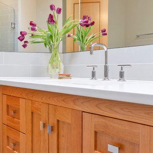 Mittelgroßes Klassisches Badezimmer En Suite mit Unterbauwaschbecken, Schrankfronten im Shaker-Stil, hellbraunen Holzschränken, Quarzit-Waschtisch, grauen Fliesen, Porzellanfliesen, weißer Wandfarbe und Porzellan-Bodenfliesen in Seattle