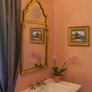 Kleines Shabby-Style Duschbad mit Sockelwaschbecken, freistehender Badewanne, beiger Wandfarbe, Marmorboden, verzierten Schränken, Duschbadewanne und Toilette mit Aufsatzspülkasten in Austin