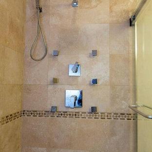 Idéer för att renovera ett mellanstort vintage en-suite badrum, med skåp i shakerstil, skåp i mörkt trä, en dusch i en alkov, en toalettstol med separat cisternkåpa, beige kakel, travertinkakel, beige väggar, marmorgolv, ett undermonterad handfat, granitbänkskiva, rosa golv och dusch med skjutdörr