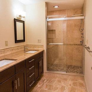Immagine di una stanza da bagno padronale classica di medie dimensioni con ante in stile shaker, ante in legno bruno, doccia alcova, WC a due pezzi, piastrelle beige, piastrelle in travertino, pareti beige, pavimento in marmo, lavabo sottopiano, top in granito, pavimento rosa e porta doccia scorrevole