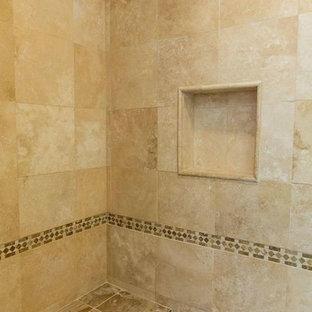 Esempio di una stanza da bagno padronale chic di medie dimensioni con ante in stile shaker, ante in legno bruno, doccia alcova, WC a due pezzi, piastrelle beige, piastrelle in travertino, pareti beige, pavimento in marmo, lavabo sottopiano, top in granito, pavimento rosa e porta doccia scorrevole