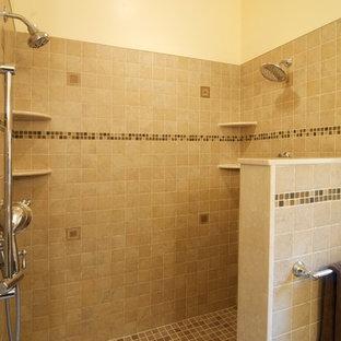 Foto di una grande stanza da bagno padronale stile americano con doccia aperta, piastrelle beige, piastrelle in gres porcellanato, pareti beige, pavimento in gres porcellanato, lavabo a bacinella e top piastrellato