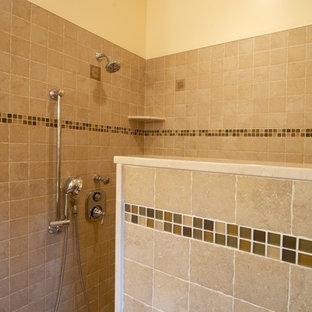 Diseño de cuarto de baño principal, de estilo americano, grande, con ducha abierta, baldosas y/o azulejos beige, baldosas y/o azulejos de porcelana, paredes beige, suelo de baldosas de porcelana, lavabo sobreencimera y encimera de azulejos