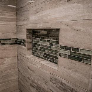 Ispirazione per una stanza da bagno padronale classica di medie dimensioni con ante con riquadro incassato, ante marroni, doccia alcova, piastrelle grigie, piastrelle di marmo, pavimento in marmo, top in quarzo composito, pavimento grigio, porta doccia scorrevole e top multicolore