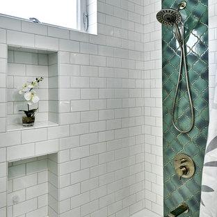 Новые идеи обустройства дома: маленькая ванная комната в современном стиле с ванной в нише, душем над ванной, унитазом-моноблоком, белой плиткой, синими стенами, полом из ламината, врезной раковиной, шторкой для душа и белой столешницей